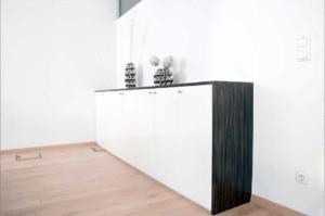 Büro AP Sideboard aus Makassar Furnier mit weißer Hochglanzfront - Büro, Objektbereich