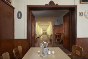 Restaurant Hohenwart Traditionswirtshaus Detailansicht Tisch und Kegelbahn - Objektbereich, Restaurants