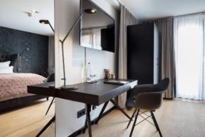 Hotel La Maison Schreibtisch schwarz Eiche furniert und Kleiderschrank - Hotels, Objektbereich