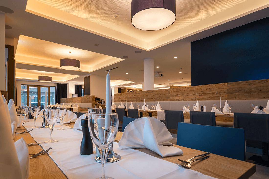 Hotel Vi Vadi Bayer 89 Restaurant mit Holztischen und Raumteiler - Hotels, Objektbereich