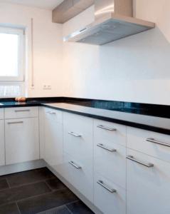 Küche W Hochglanz weiß mit schwarzer Arbeitsplatte - Küche, Privatbereich
