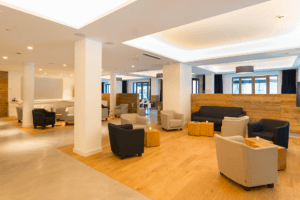 Hotel Vi Vadi Bayer 89 Lobby mit Holztischen und Wandverkleidung - Hotels, Objektbereich