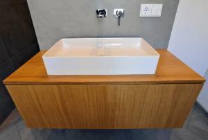 Wohnen W.A Badezimmer Waschbecken mit Holzunterschrank - Badezimmer, Privatbereich
