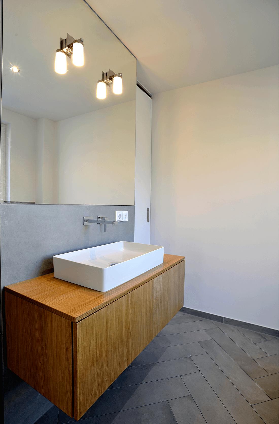 Wohnen W.A Badezimmer Seitenansicht Waschbecken mit Holzunterschrank - Badezimmer, Privatbereich